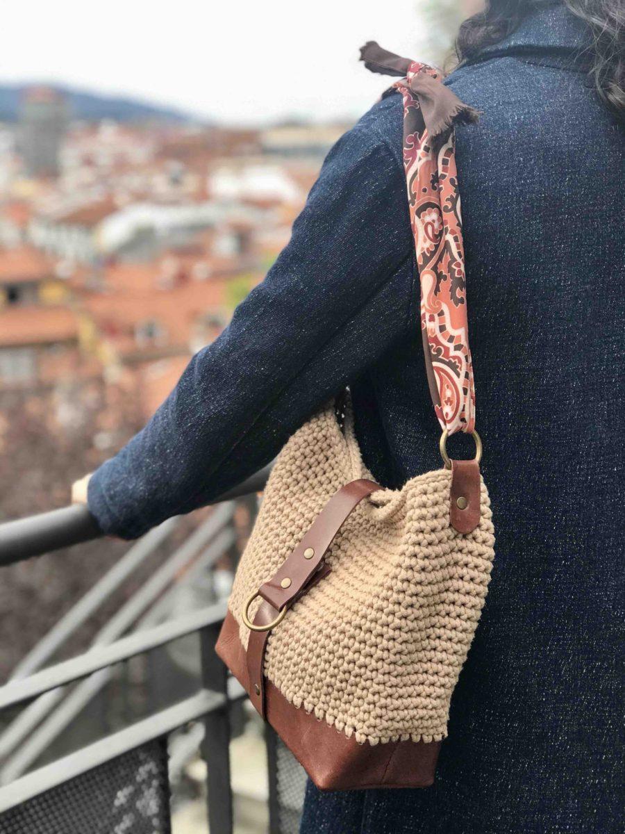 OTRORA_Bolso artesanal de crochet y cuero con pañuelo vintage