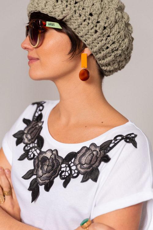 OTRORA_Camiseta manga corta en punto de algodón con aplique flores bordadas negras. Boina handmade en verde eucalipto