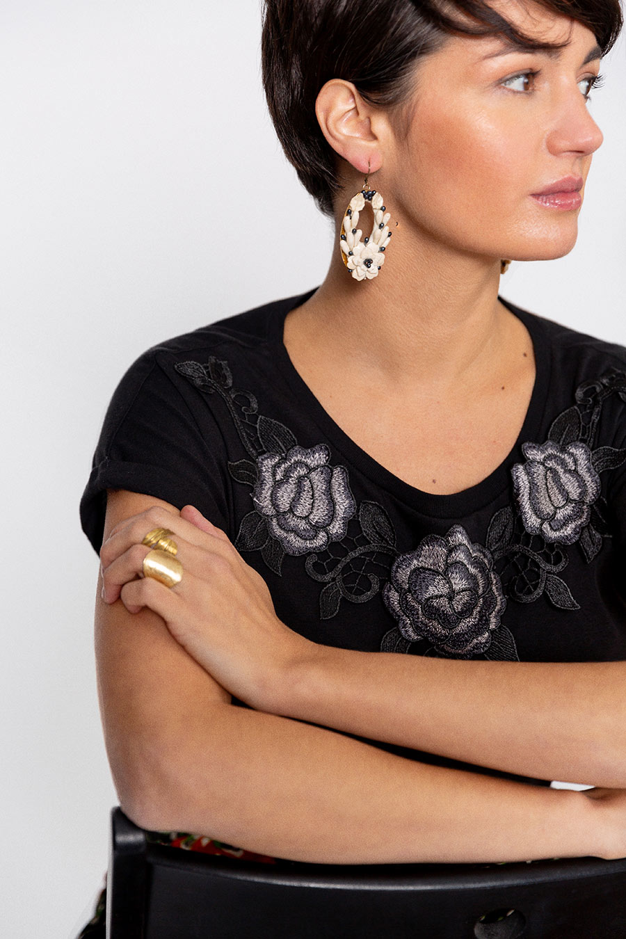 OTRORA_Camiseta manga corta en punto de algodón con aplique bordado flores negras