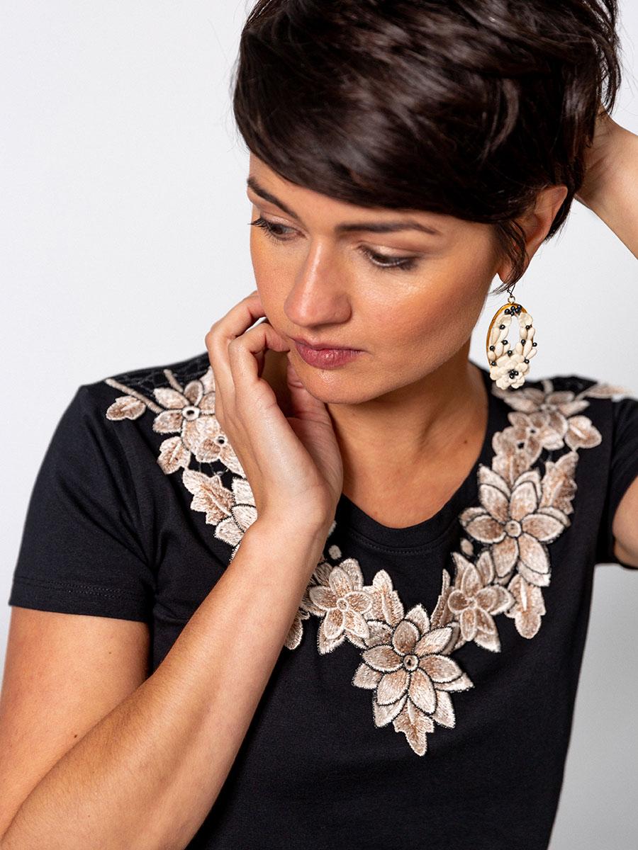 OTRORA_Camiseta manga corta en punto elástico de algodón con aplique de flores bordadas