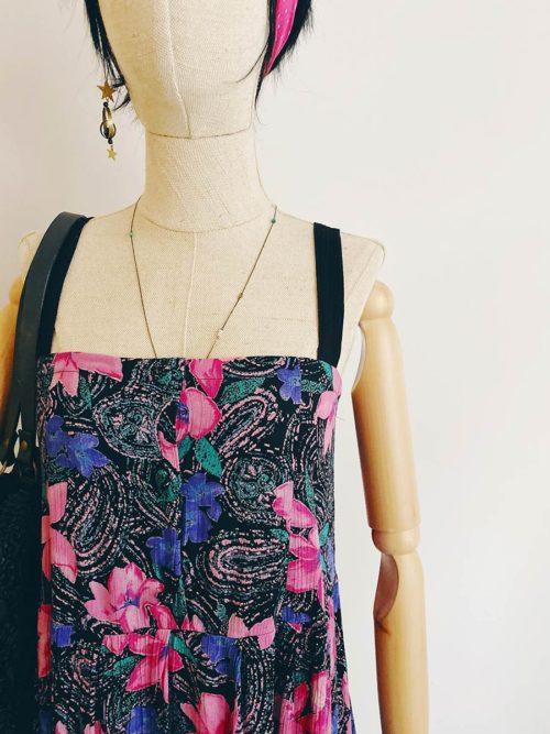 OTRORA_Vestido tirantes vintage customizado con estampado negro con flores fucsias, moradas y verdes