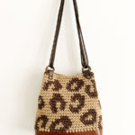 OTRORA_Bolso artesanal de crochet y cuero con estampado de leopardo en beige y marrón