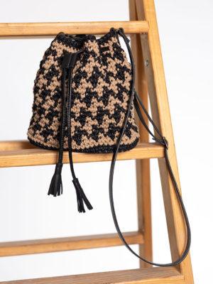 OTRORA_Bombonera de crochet y cuero estampada en pata de gallo negro y beige