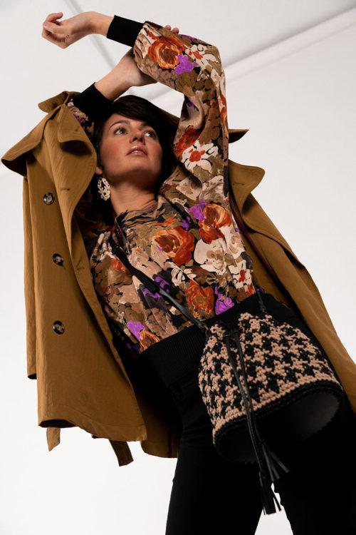 OTRORA_Bolso saco artesanal de crochet y cuero en pata de gallo negro y beige
