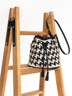 OTRORA_Bombonera de crochet y cuero estampada en pata de gallo negro y marfil