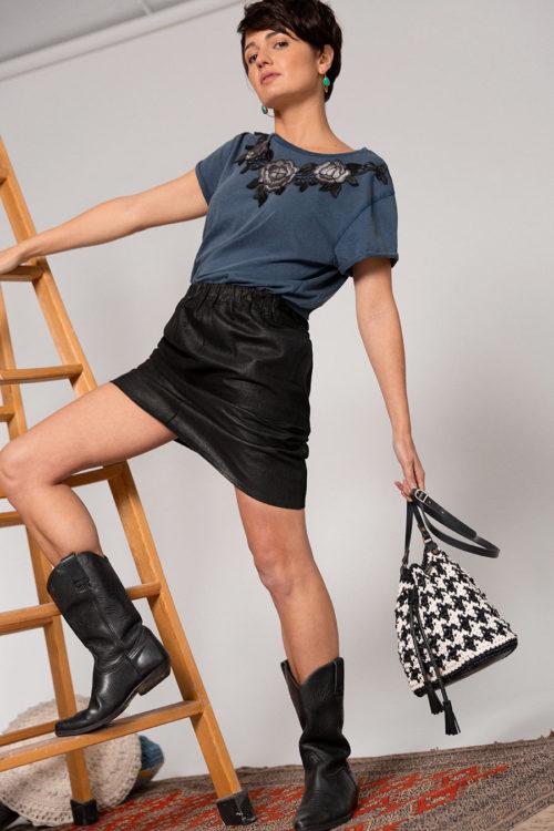 OTRORA_Camiseta manga corta en punto de algodón lavado Stone wash con Bolso saco artesanal de crochet y cuero en pata de gallo negro y marfil