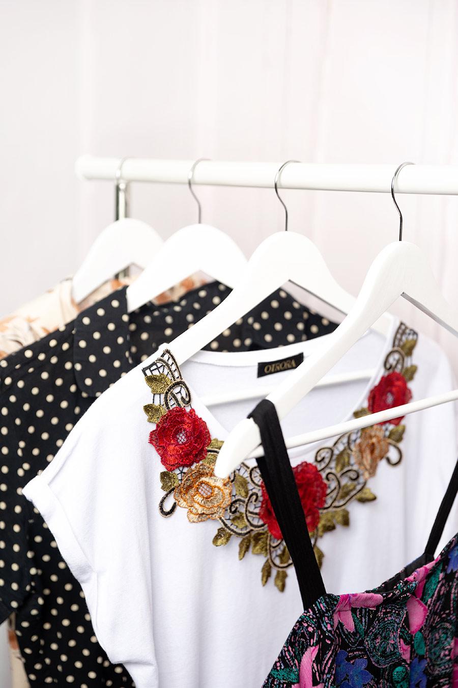 OTRORA_Camiseta con bordado flores con vestidos vintage
