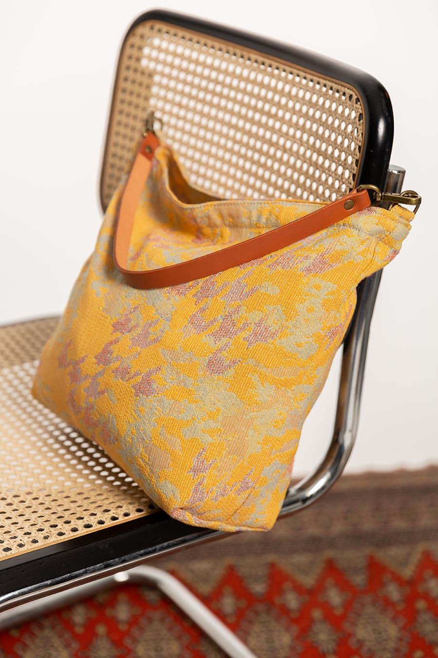 OTRORA_Bolso artesanal de jacquard amarillo con asa de cuero