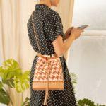 OTRORA_Vestido camisero manga corta de algodón estampado lunares vintage con bolso saco artesanal de crochet y cuero y boina de crochet handmade