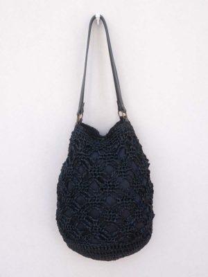 OTRORA_Bolso de rafia tejido a mano en color negro carbón con asas de cuero