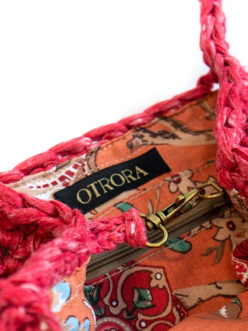 OTRORA_Bolso red tejido a mano a ganchillo en color frambuesa_Interior