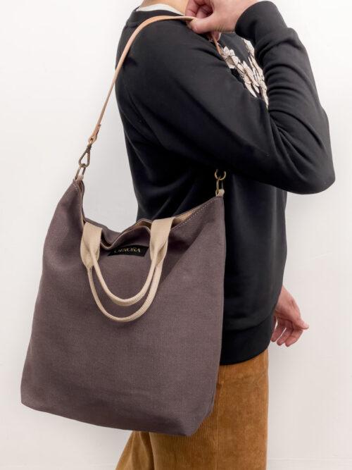 Bolso mediano artesanal de color café con asas de mano y correa de piel removible para llevar al hombro