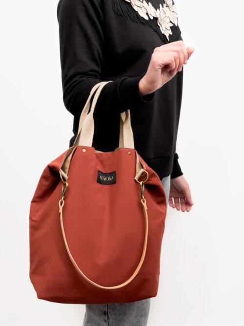 Bolso mediano artesanal de color caldera con asas de mano y correa de piel removible para llevar al hombro