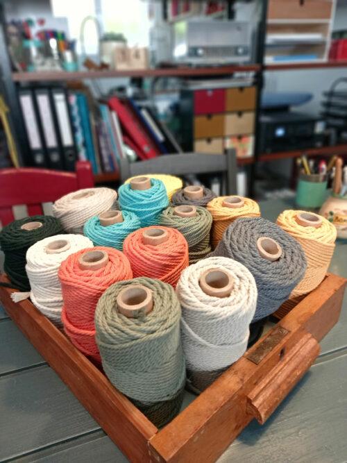 Taller de macramé para elaborar un tapiz con cuerdas de algodón y abalorios de madera