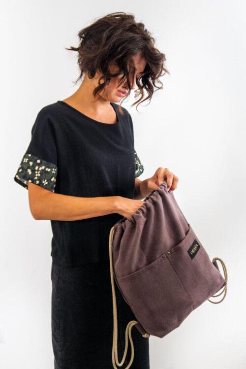 Mochila de cuerdas artesanal de algodón y lino en color marrón ajado