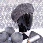 Boina de color gris plateado tejida a mano con lana merino y lurex