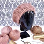 Boina de color rosa dorado tejida a mano con lana merino, mohair y lurex