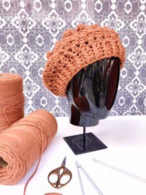 Boina de borlas de color caldera tejida a mano a ganchillo