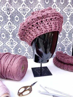 Boina de borlas de color ciruela tejida a mano a ganchillo