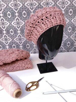 Boina de borlas de color rosa palo tejida a mano a ganchillo